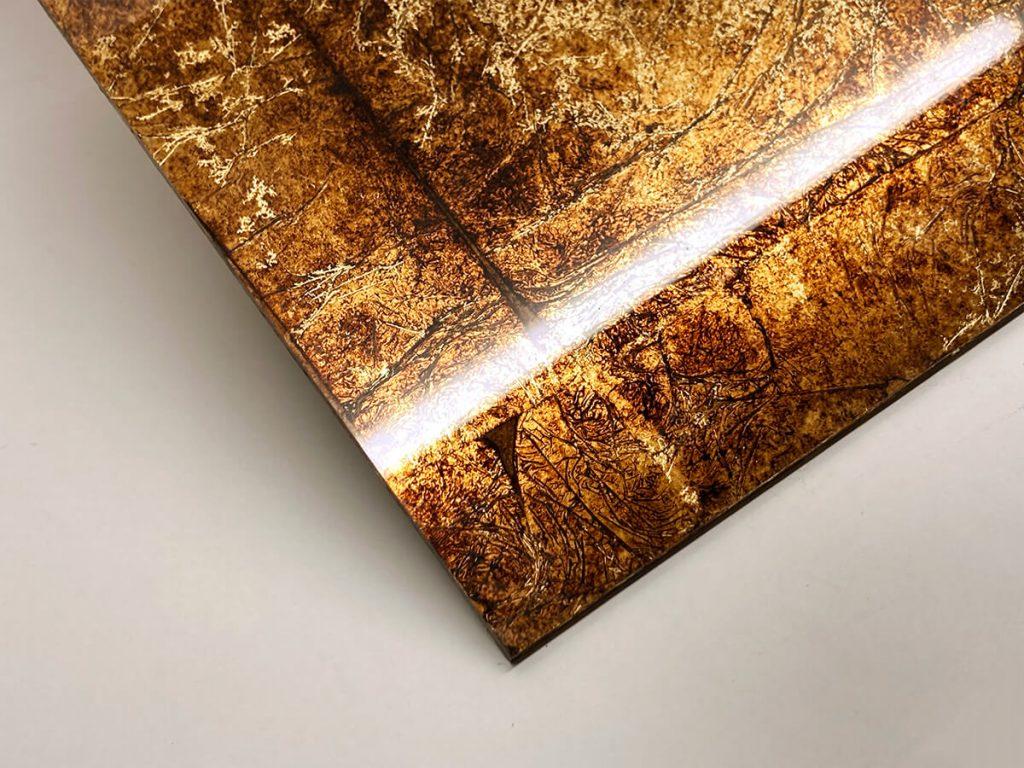 Foglia oro fortemente anticata e stropicciata con fondo bruno scuro