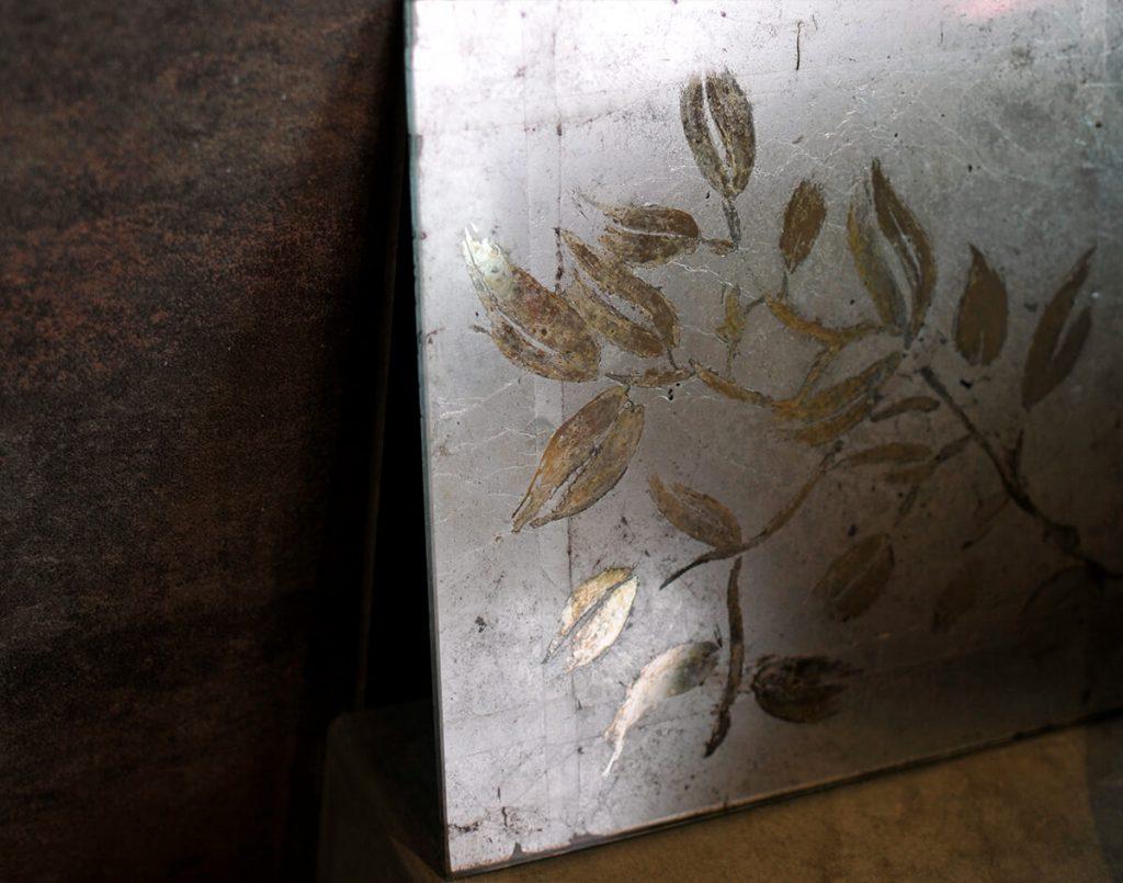 Foglia alluminio ossidata  e motivi decorativi di foglie in specchio anticato