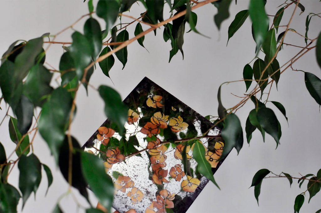 Verre Eglomise con motivi decorativi floreali in oro rosso