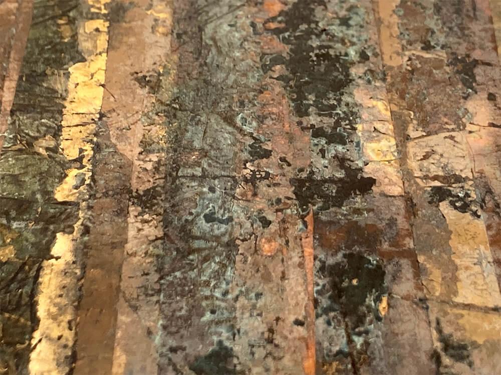 Foglie metalliche variegate anticate e ossidate con fondo scuro